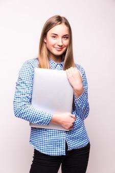 Femme d'affaires prospère est debout sur un mur blanc isolé.