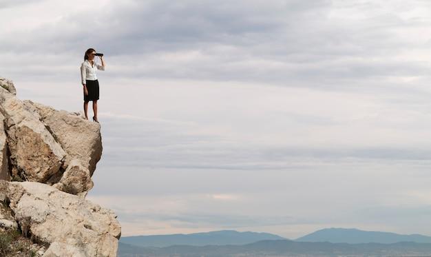 Femme d'affaires recherche un nouvel horizon, de nouvelles opportunités commerciales, de nouvelles affaires
