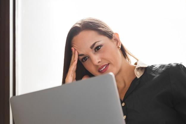 Femme d'affaires à la recherche de stressé dans son travail