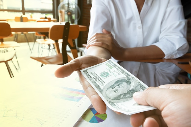 Femme d'affaires reçoit de l'argent du partenariat, concept financier