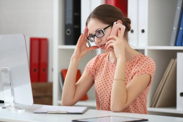 Femme d'affaires reçoit de mauvaises nouvelles au téléphone