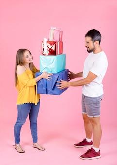 Femme d'affaires reconnaissante prenant des cadeaux de son petit ami