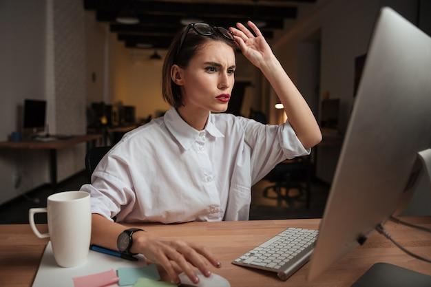 Femme d'affaires réfléchie au bureau