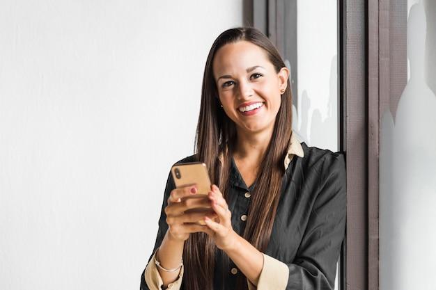 Femme d'affaires en regardant la caméra