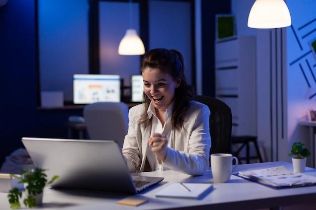 Femme d'affaires regardant un ordinateur portable professionnel travaillant au projet de graphiques marketing