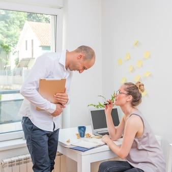 Femme affaires, regarder, elle, partenaire, vérification, calendrier, journal intime