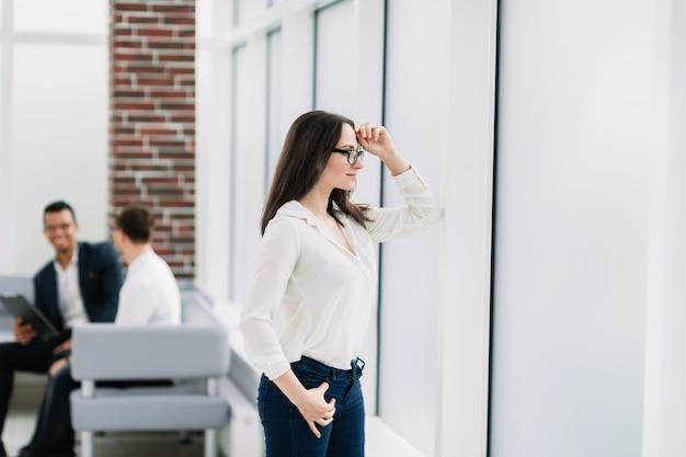 Femme affaires, regarder travers, les, fenêtre bureau