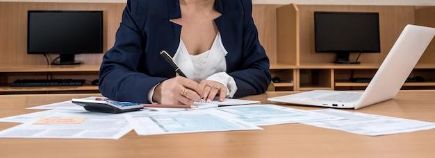 Une femme d'affaires remplit le formulaire d'impôt 1040.