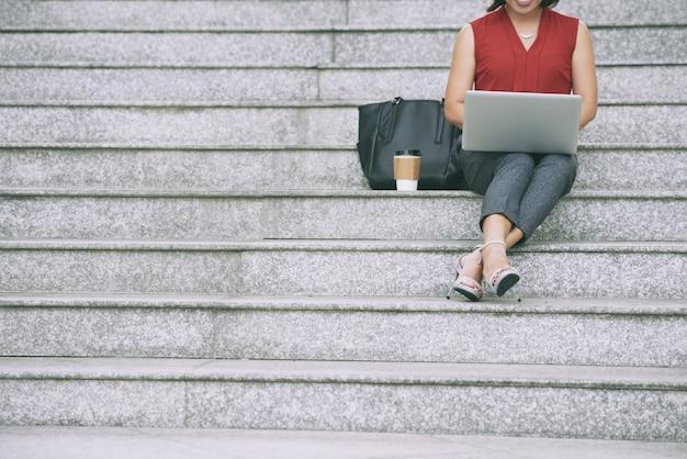 Femme affaires, reposer, escalier
