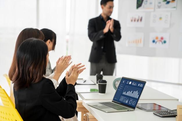 Femme d'affaires en réunion d'affaires à l'aide d'un ordinateur portable avec compétence au bureau