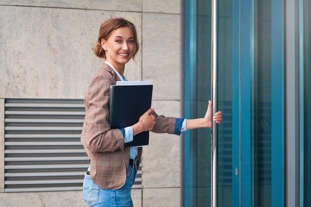 Femme affaires, réussi, femme, femme affaires, extérieur