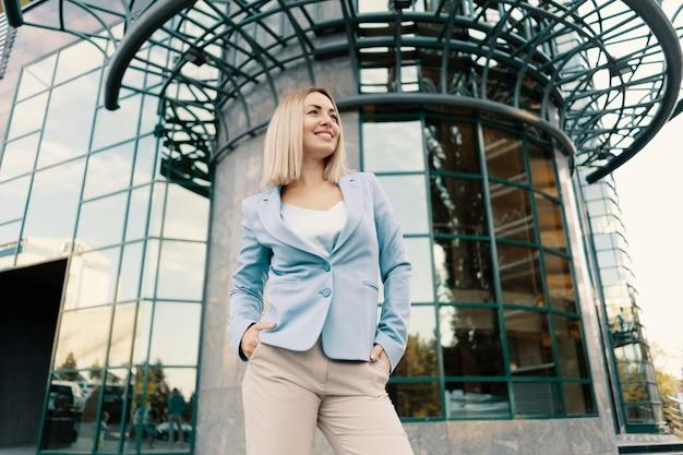 Femme d'affaires réussie en costume bleu