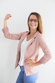 Femme d'affaires réussie montrant un geste gagnant