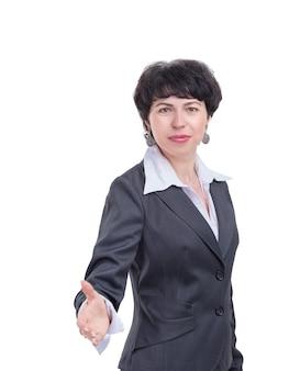 Femme d'affaires réussie tendant la main pour une poignée de main