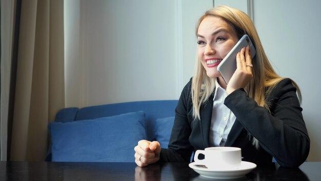 Femme d'affaires réussie utilisant le téléphone intelligent