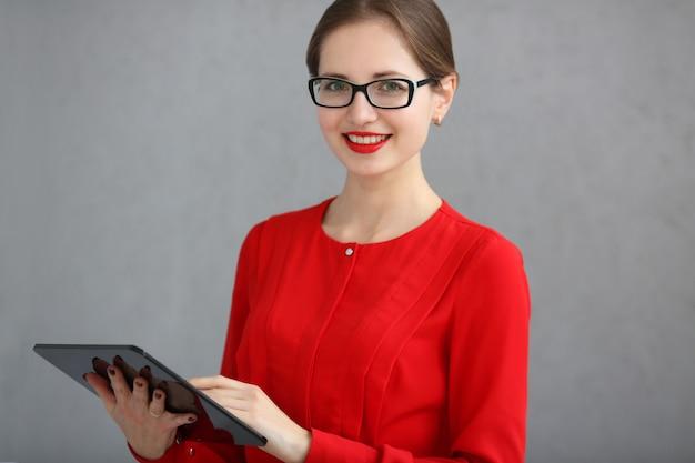 Femme affaires, rouges, chemise, lunettes, tenue, tablette, sien, mains, gris, fond