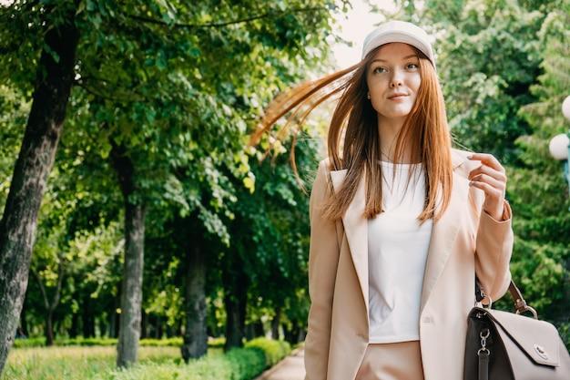 Femme d'affaires rousse bénéficie de vacances dans le parc