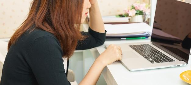Femme d'affaires s'ennuie de son travail de routine