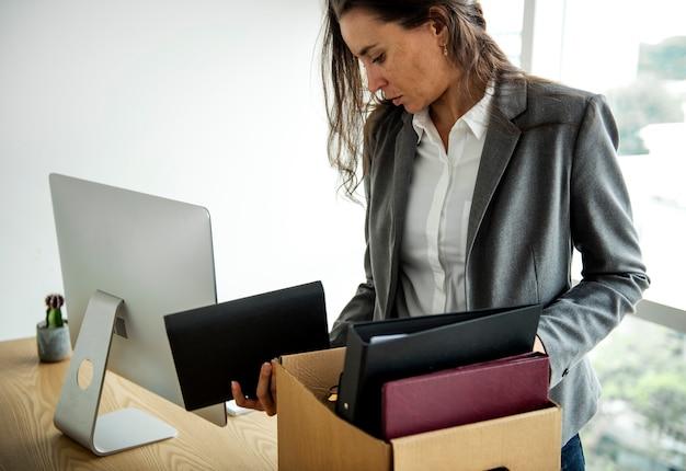 Une femme d'affaires s'est fait virer sans emploi, se sentant stressée