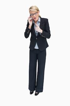 Femme d'affaires se disputant au téléphone