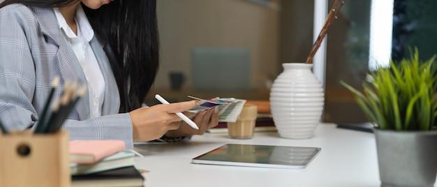 Femme affaires, séance, à, bureau bureau