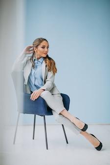 Femme affaires, séance, chaise, bureau