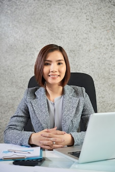 Femme affaires, séance, elle, lieu de travail