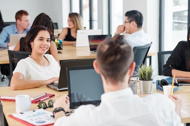 Femme affaires, séance, à, réunion