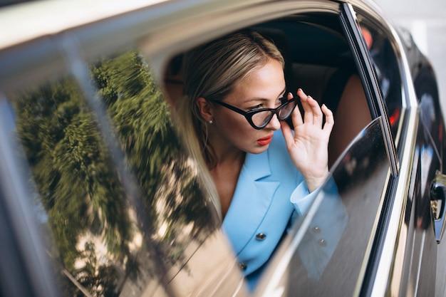 Femme affaires, séance voiture