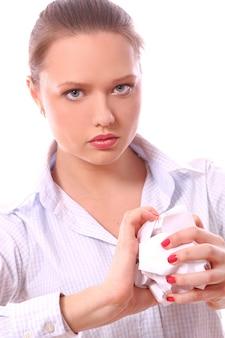 Femme d'affaires sérieuse froissant le papier