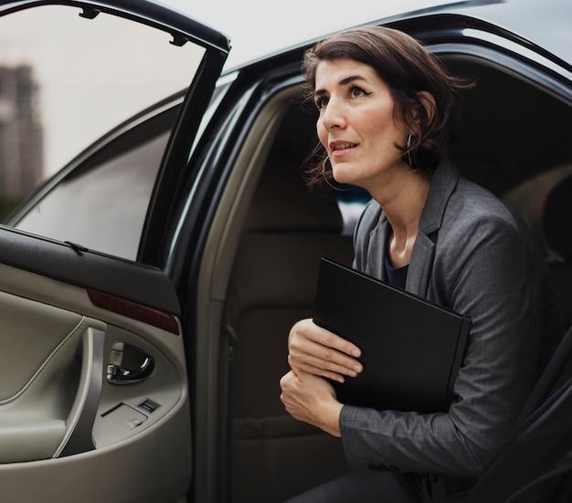 Femme d'affaires service de transport en taxi