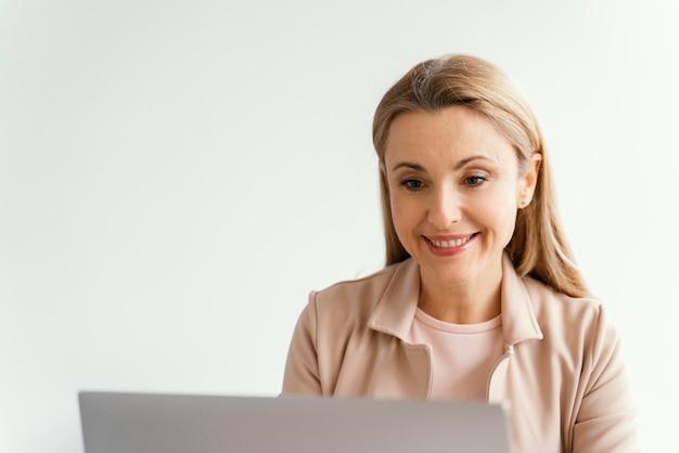 Femme d'affaires smiley ayant un appel vidéo