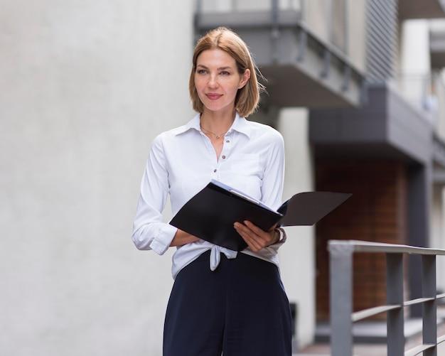 Femme d'affaires smiley avec des fichiers