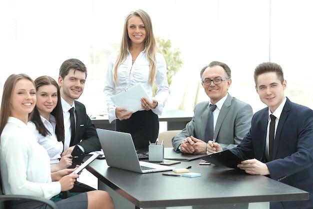 Femme d'affaires avec son équipe commerciale lors de la réunion