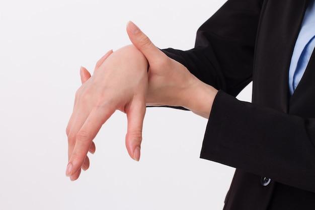 Femme d'affaires souffrant de la main