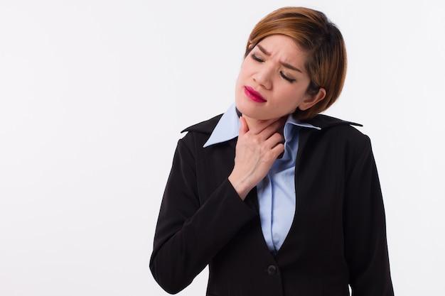 Femme d'affaires souffrant de maux de gorge