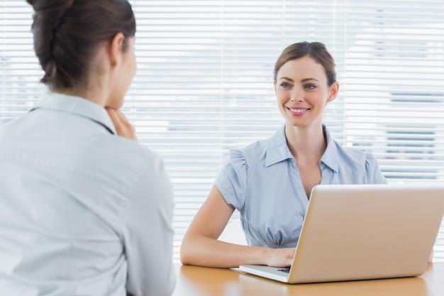 Femme d'affaires en souriant à l'entrevue