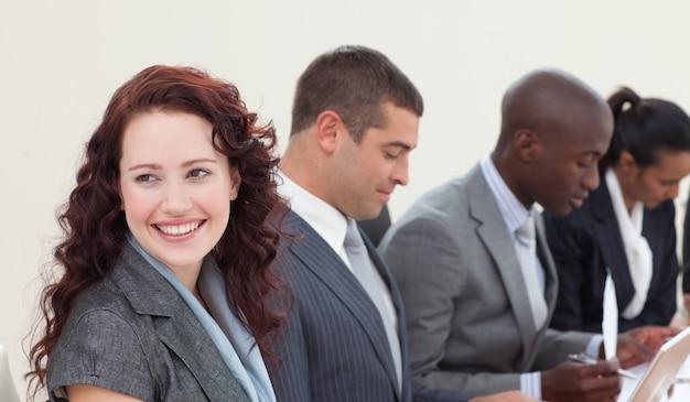 Femme d'affaires souriant, parlant dans une réunion