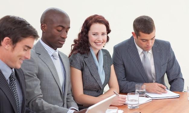 Femme d'affaires souriant travaillant dans une réunion