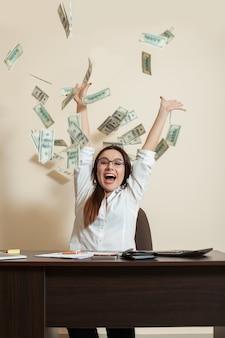 Femme d'affaires souriante jette un paquet de dollars