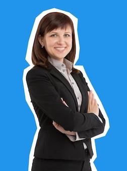 Femme d'affaires souriante montrant la confiance et le style de magazine de bonheur