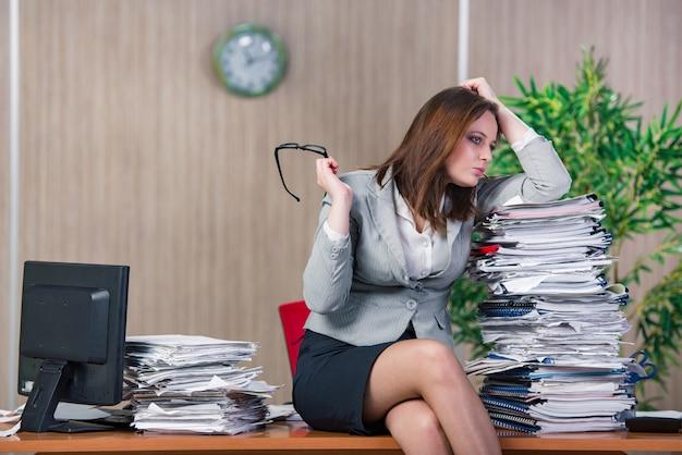 Femme d'affaires stressée au bureau