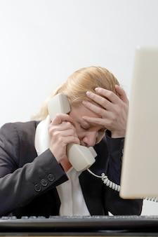 Femme d'affaires stressée au travail.