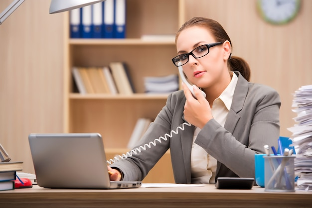 Femme d'affaires stressée par trop de travail au bureau