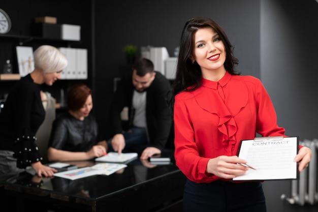 Femme d'affaires avec stylo et contrat d'employés de bureau discuter du projet
