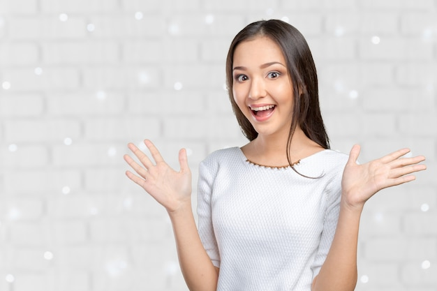 Femme d'affaires surprise, les mains en l'air, surprise ou choquée par des nouvelles inattendues