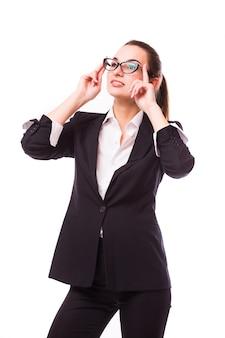 Femme d'affaires sympathique dans des verres souriant isolé sur un mur blanc