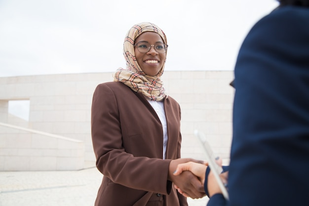 Femme d'affaires sympathique rencontrant et remerciant une collègue