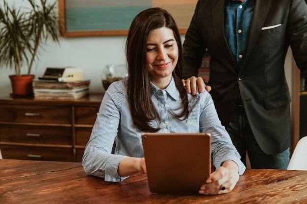 Femme d'affaires avec une tablette au bureau