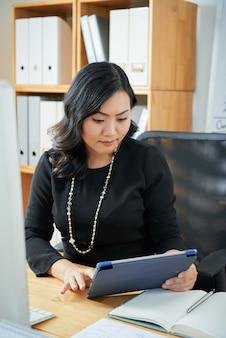 Femme affaires, à, tablette numérique